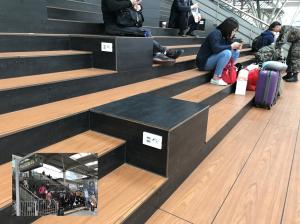 ソウル駅で階段に座る人々が多いの理由は