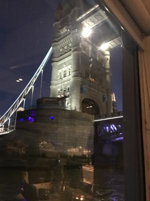 ライトアップしたタワーブリッジを下から眺める
